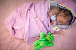 ユニセフが支援するアソサ総合病院の新生児集中治療室で、治療を受ける赤ちゃん。(エチオピア)2018年1月17日撮影