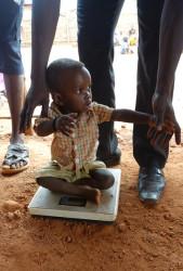 栄養不良の検査で、体重を計る生後10カ月のムバレク君。 (2017年8月撮影)