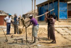 コックスバザールのロヒンギャ難民キャンプ内で井戸を掘る作業の様子。(2018年3月12日撮影)