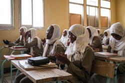 学校で授業を受ける女生徒たち。(チャド)2017年4月撮影