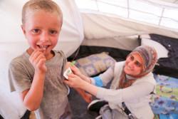 栄養不良の検査を受ける男の子。(2017年6月撮影)