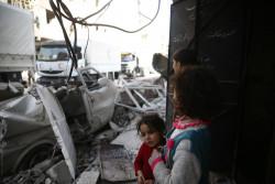 人道支援物資を載せたトラックを眺める子どもたち。(2018年3月5日撮影)