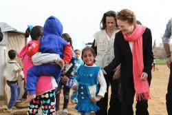 子どもたちと話をするヘンリエッタ・フォア ユニセフ事務局長。(2018年3月8日撮影)