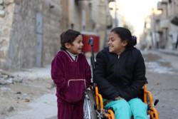 爆弾によって両足を失ったハナアちゃん(8歳)と妹のハディージャちゃん(5歳)。(シリア・アレッポ東部)2017年12月11日撮影
