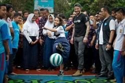 子どもたちとサッカーをするデイビッド・ベッカム大使。 (2018年3月27日撮影)