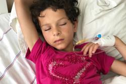 トルコのアダナの病院にある緊急治療室で眠る7歳のエミンちゃん。シリアの家に爆弾が投下された時に傷を負い、妊婦だったエミンちゃんの母親はその爆撃で亡くなりました。