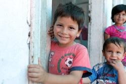 4歳のフセインくんと2歳のハサンくんは、トルコの新しい家の入口でお父さんを待っています。「お父さんは飛ぶことができるんだよ」と、お父さんを偉大なヒーローだと思っているフセインくんは言います。