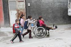 エミンちゃんや兄弟姉妹は歩いて学校に行きます。毎朝、エミンちゃんの妹のゼイネップちゃんが、エミンちゃんを教室まで連れて行きます。