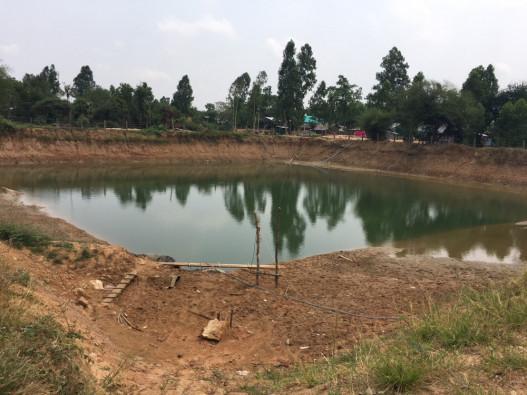 水キヨスクの水源であるため池。ユニセフの支援によって、池の底には水を保持するための特別な素材が敷き詰められている。