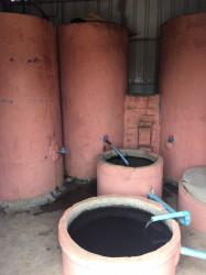 水が、連続する複数のタンクを通過することで、徐々に不純物などが取り除かれていく。