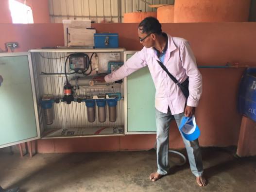 水が通過する機械の中には、精密なフィルターと太陽光紫外線ライトを備えられている、と説明するソカーさん。