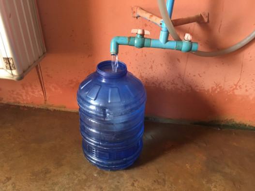 容器に詰められる水。