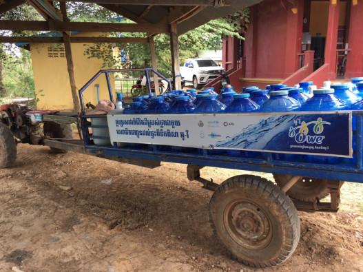 水を積んだ荷車。地域の人々に、安全な水を届けます!