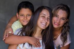 ブラジルで、インターネット上の性的搾取被害に合った17歳のウィニーさん(中央)。(2016年3月撮影)