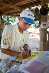 コーサム村で、診療記録を書くバナックさん。