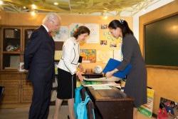 ユニセフハウスの展示をご覧になるスウェーデン国王王妃両陛下。