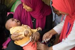 5価ワクチン(ジフテリア、 百日咳、 破傷風、 インフルエンザ、 およびB型肝炎を予防)を受ける生後13週の赤ちゃん(バングラデシュ)