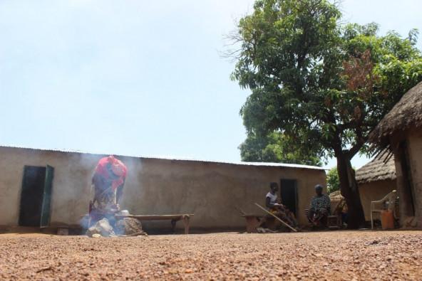 金鉱での仕事に行く前に、サイラさんは早朝から家事労働もしています。