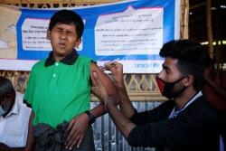 ユニセフが支援する保健センターで、ジフテリアの予防接種を受ける男の子。(2017年12月撮影)