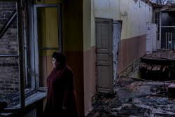 破壊された教室で立ち尽くすElena Mihatskay校長先生。(2017年11月撮影)