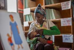 生後2カ月の赤ちゃんに母乳を与える母親 (エチオピア)。(2016年2月撮影)