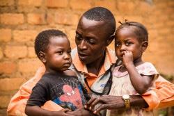 子どもたちの栄養不良からの回復を見守る地域保健員。(2018年1月28日撮影)