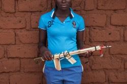 武装勢力から解放され、学校に通えるようになった女の子。(2017年11月撮影)