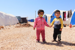 シリアの難民キャンプに滞在する子どもたち。(2018年4月25日撮影)