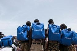 武装勢力から解放され、かばんを受け取った子どもたち。(2018年5月17日撮影)