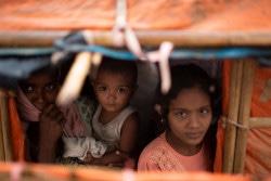 コックスバザールの難民キャンプで暮らすロヒンギャの家族。(2018年4月撮影)