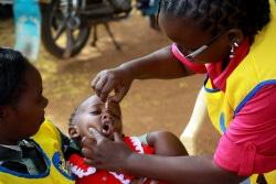 ポリオの予防接種を受ける子ども。