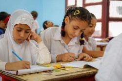 教室で絵を描く子どもたち。(2018年3月13日撮影)