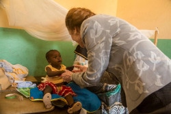 On 28 May in Mali, UNICEF Executive Director Henrietta H. Fore plays with a young baby during her visit to the health centre, Centre de Sante Communautaire de Safo, in the suburbs of Bamako, the capital of Mali. In May 2018, six years after the start of the armed conflict in the north of Mali in 2012, violence is on the rise while children continue to be denied their right to food, education and survival.  More than 850,000 children under the age of five are at risk of global acute malnutrition this year including 274,000 who face severe malnutrition and are at imminent risk of death. Severe acute malnutrition rates are highest in the conflict affected areas in the north, exceeding 15 per cent in Timbuktu.  More than a million children in Mali are out of school – a 30 per cent increase since 2009 where 637,000 children were reported to be missing out on their education. To date, 750 schools remain closed in the northern and central parts of the country due to insecurity, affecting over 300,000 school-age children. With 1 in 28 newborns dying every year, Mali is one of the top 10 countries with the highest newborn mortality rates in the world.    UNICEF stresses the need to put children at the heart of the sustaining peace and preventing conflict in Mali. Investing in children and young people, especially girls, is investing in peace and in the future of Mali.  UNICEF is working with partners and through its field offices in Timbuktu, Gao and Mopti to deliver health, water and sanitation, nutrition, education and child protection services to children in inaccessible communities. More than 70 security incidents affecting humanitarians have been registered since the beginning of the year. UNICEF's $37 million appeal for the current year has a 78 per cent funding gap.