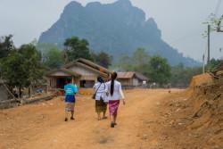デン・シャヤソンさんとチームは、ポリオの予防接種を受けていない子どもがいないか、村の家々を訪ね歩く。
