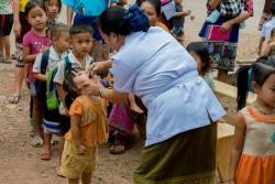 モン族の村で、ポリオの予防接種の列に並ぶ子どもたち。