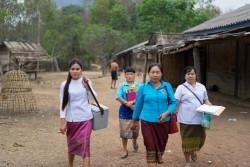 家々を周り終え、帰路につくデンさんたち。こうした地道な活動が、病気の蔓延を防ぎ、子どもたちの命を守る。