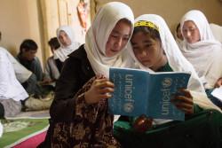 学習センターで一緒にノートを見る女の子たち。(2018年5月10日撮影)