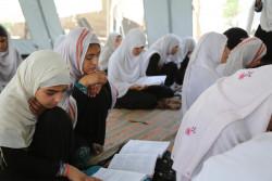 仮設テントの学校で勉強する女子生徒たち。(2018年5月1日撮影)