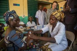 マリの保健センターで、予防接種の様子を見守るヘンリエッタ・フォア事務局長。(2018年5月28日撮影)