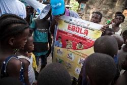 ユニセフが支援する啓発活動の一環で、エボラ出血熱の感染予防方法を子どもたちに伝えている。(2018年6月5日撮影)