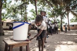 学校の教室に入る前に、手洗いをする子どもたち。ユニセフは、エボラ出血熱の感染拡大が確認されている地域内の学校50校に、手洗い用の物資を提供している。(2018年5月22日撮影)