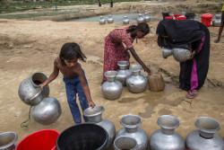 水を汲むための列に並ぶ人たち。(2018年6月4日撮影)