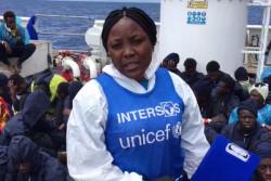 船上で、最も脆弱な子どもたちを特定する手助けをし、情報の提供、心理社会ケアや保健衛生ケアを提供した、ユニセフのパートナー団体のスタッフ。