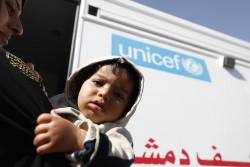 ユニセフが支援する移動式診療所に入っていくシリア難民の子どもと母親。(2018年3月撮影)
