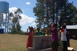 持続可能な水供給システムを利用するAnkazomisampa小学校の生徒たち(2017年6月撮影)