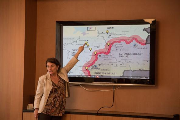 ユニセフ・ウクライナ事務所代表より、訪問予定地について説明を受ける。赤い線が、政府管理下にある地域と親ロシア派の支配地域とを分断するコンタクト・ライン。
