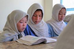 左からザーラさん(11歳)、ロババさん(16歳)、ファティマさん(13歳)。兄の応援と、ユニセフが支援する「ゴールデン・ビレッジ」プログラムの支援を受けて、学校に通い勉強に励んでいる。