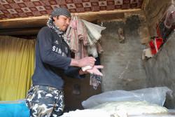 パン屋での仕事を得たアリさん(19歳)が、生地をこねている。