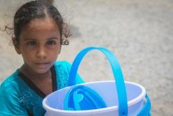 ホデイダでユニセフ支給の人道支援物資を受け取った女の子。(2018年6月30日撮影)