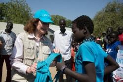南スーダンのユニティ州で、ユニセフが支援する学校に通う子どもと交流する、ユニセフ事務局長のヘンリエッタ・フォア。(2018年1月18日撮影)